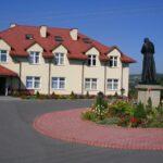 Budynek i dziedziniec DPS w Chmielniku